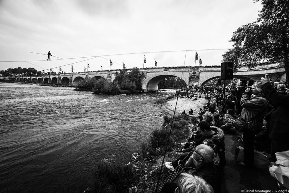 Funambulist on the Loire river. Pascal Montagne for @37degres #show #loirevalley #balzac #tours #loire #river #france #blackandwhitephotography #bnw #tightrope #walker #people #crowded @myloirevalley @villedetours @igerstours
