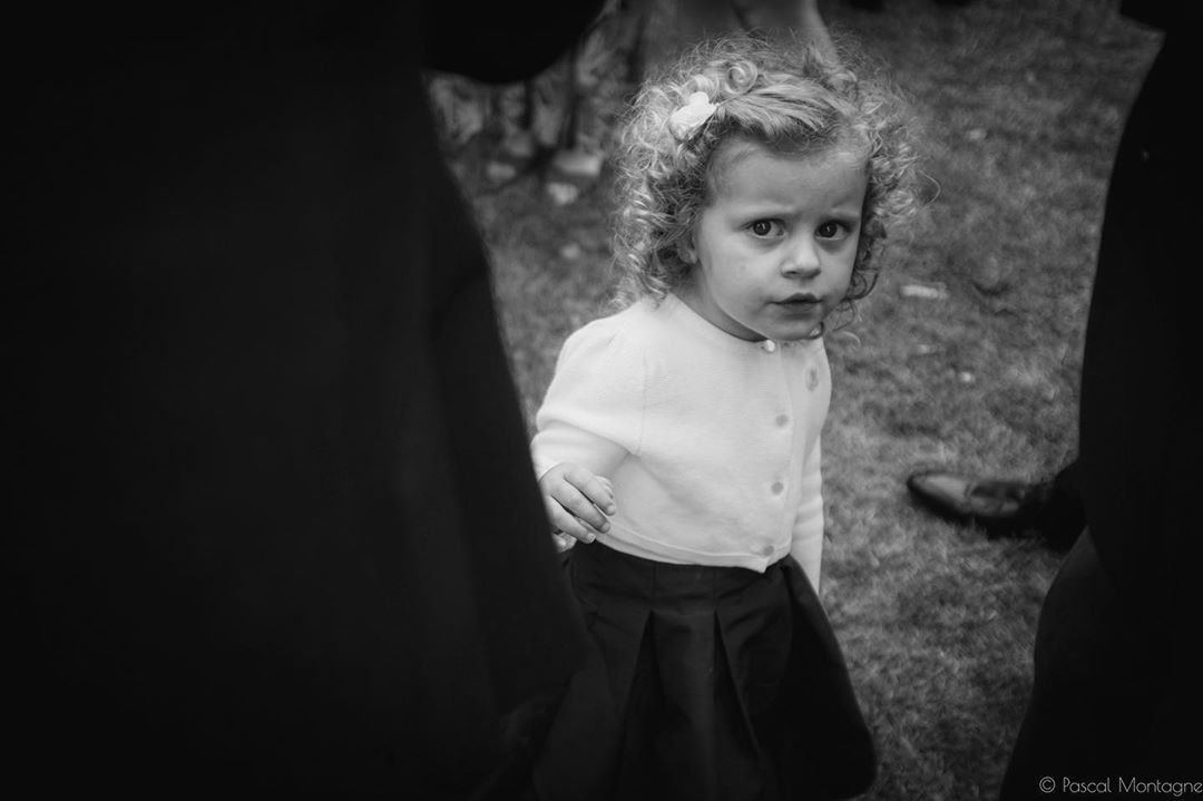 Young girl see the photographer during the wedding #littlegirl #girl #tinintéressant #wedding #weddings #weddingday #weddingmoments #portraitphotography #portrait #bnw #bnwphotography #blackandwhitephotography #blackandwhite #instagood #instalike #instaportraits