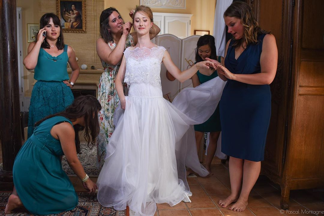 Bride and friends #bride #wedding #friends #weddings #wedding #weddingdress #weddingday #bridesmaids #preparation #weddingphotography @elsamurat @weddingphotographersociety #instalike #instagood