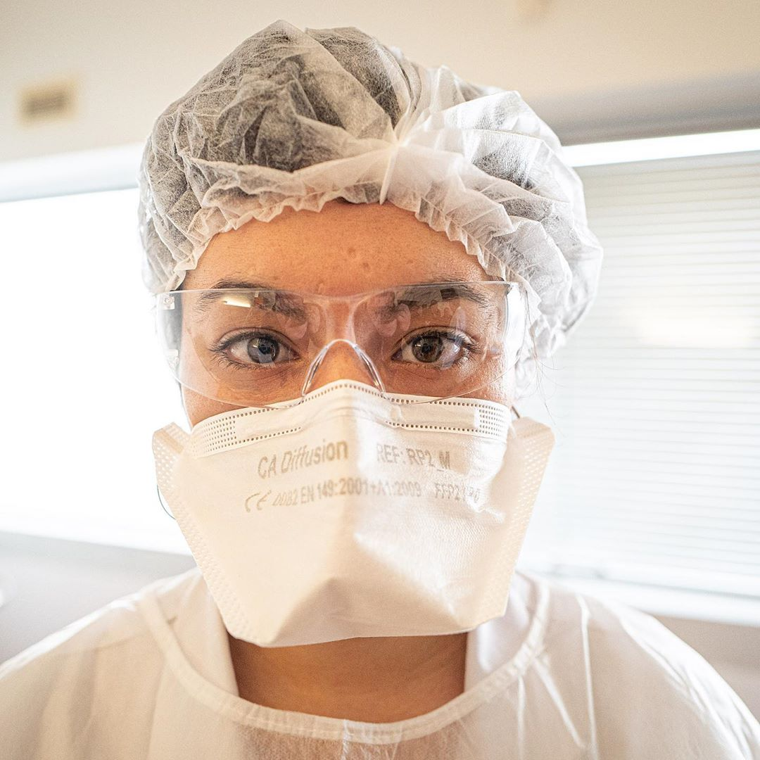 Confinement – day 4 – #coronavirus #covid_19 #mask #masks #nurse #glasses #disease #white #portrait #medical #fear #confinamento @villedetours