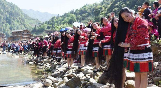 दुनियाकै लामो कपाल भएको गाउँ, जहाँ महिलाको कपाल हेर्नकै लागि आउँछन् हजारौँ पर्यटक