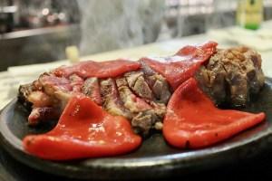 Chuletón especial de buey asturiano con pimientos, en 'La Pumarada'