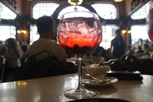 Sangria espumante de frutos rojos Cafe Majestic Portugal