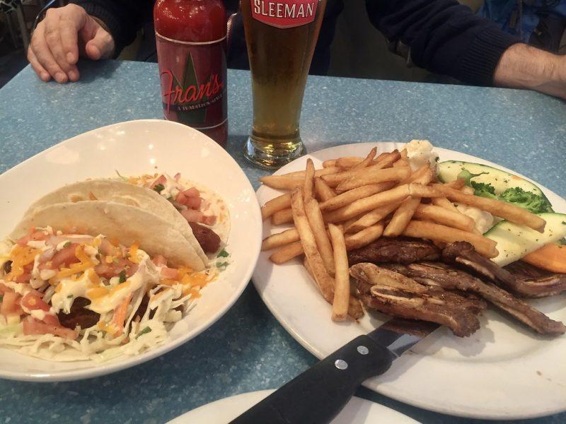 Tacos y costillas en Fran's Restaurant Toronto Canada