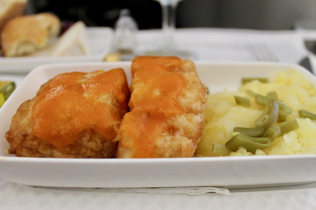 Bacalao rebozado con salsa vizcaína, patata machacada y judías verdes Iberia