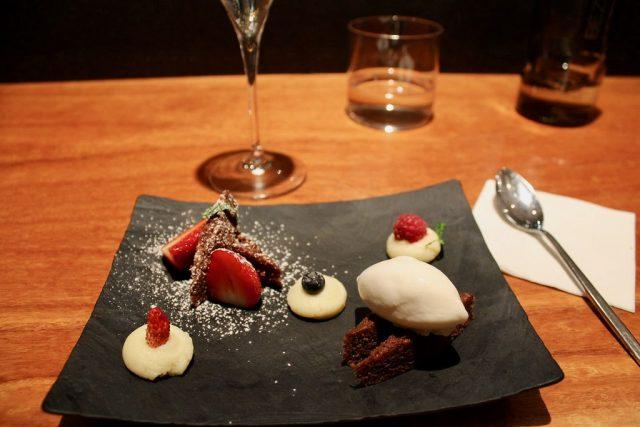 Bizcocho de chocolate y frutos rojos con helado de yogur, mandarina japonesa y menta Koy Shunka Barcelona