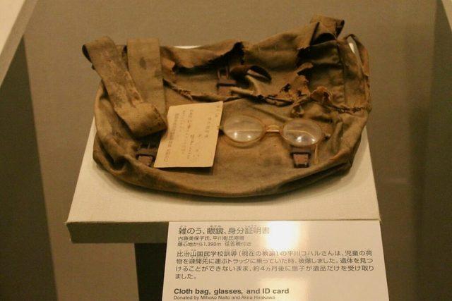 Bolso, gafas y tarjeta de identificación Hiroshima