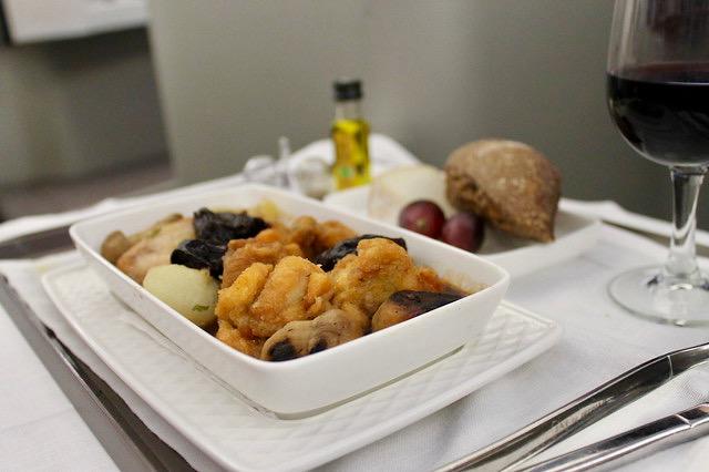 Guiso de pollo de corral con cebollitas, boletus y ciruelas clase business Iberia