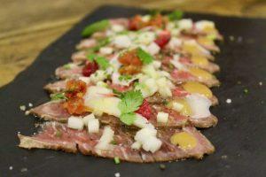 Presa de bellota pura curada y marinada con contrastes ácidos y dulces Triciclo Madrid