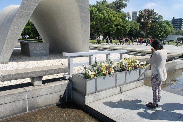 Una mujer mostrando sus respetos en el Parque de la Paz de Hiroshima