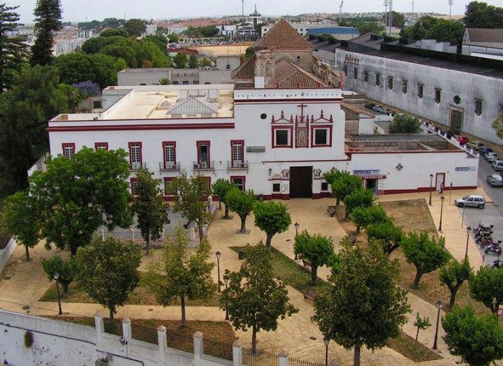La iglesia del extinto convento de san Diego, hoy. Las dependencias conventuales han sido reconvertidas en centro de salud de la Junta de Andalucía. | Foto: Hermandad de la Oración en el Huerto
