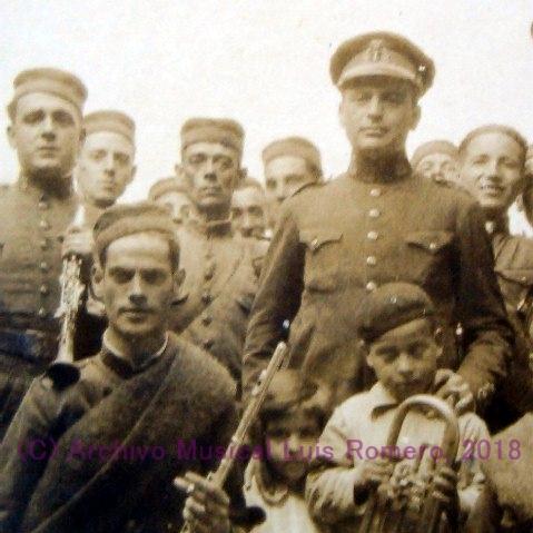 Beigbeder (de pie a la derecha) y Luis Romero (en la esquina inferior izquierda de la foto, con su flauta) a principios de los años 20, época en la que se conocieron.