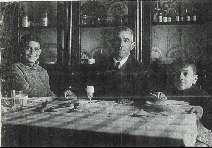 Rafael Hermoso, con sus hijos Rafael (izquierda) y José María (derecha), en el comedor de su casa. | Foto: Archivo familiar