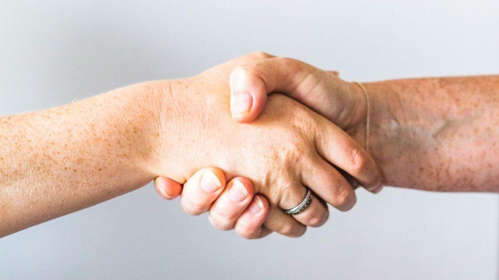 combate agarrados de la mano