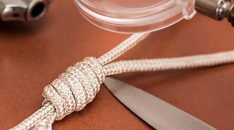 Morderstwo, nóż, sznur, lupa