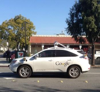 Eines von Googles selbstfahrendes Autos unterwegs in Palo Alto, Kalifornien