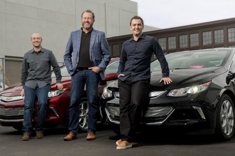 General Motors President Dan Ammann (mitte) mit den Lyft-Gründern John Zimmer (r.) und Logan Green (l).
