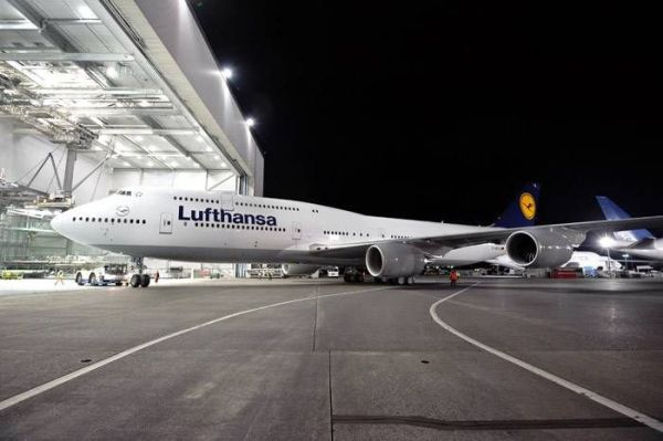 Lufthansa-Boeing_747_8_Intercontinental_Rollout