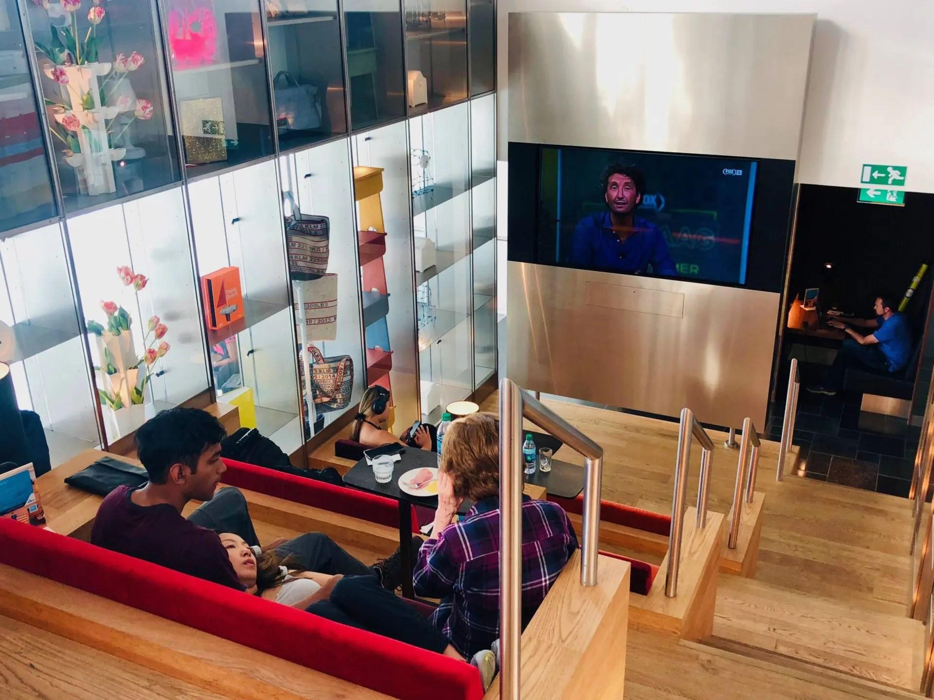 Lounge da KLM em Amsterdã sala de tv 2