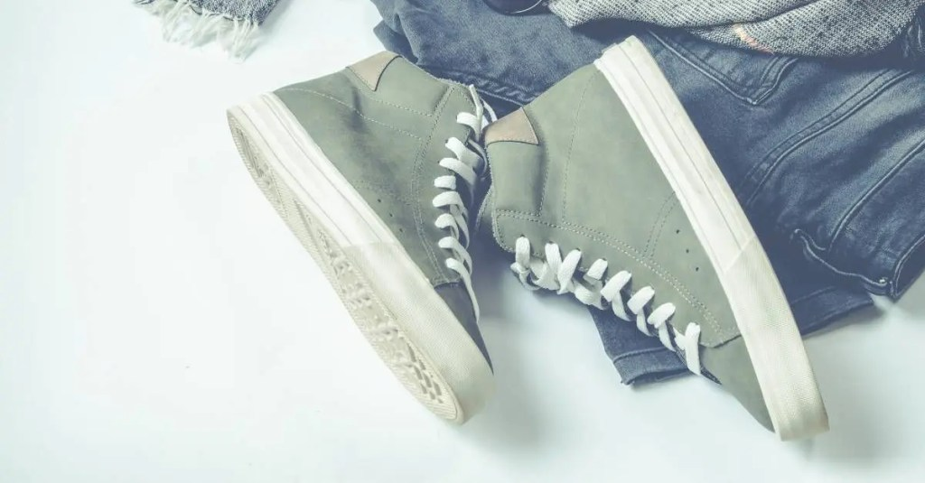 sapatos e roupas confortáveis colocados em superfície branca