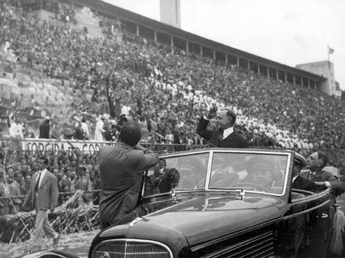 vargas-desfilando-em-carro-aberto-1-de-maio-1944-pacaembu-cpdoc-amf