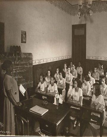 Professora numa escola do Rio de Janeiro, em 1923.
