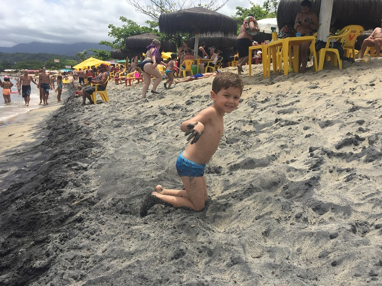praia da mococa com criança