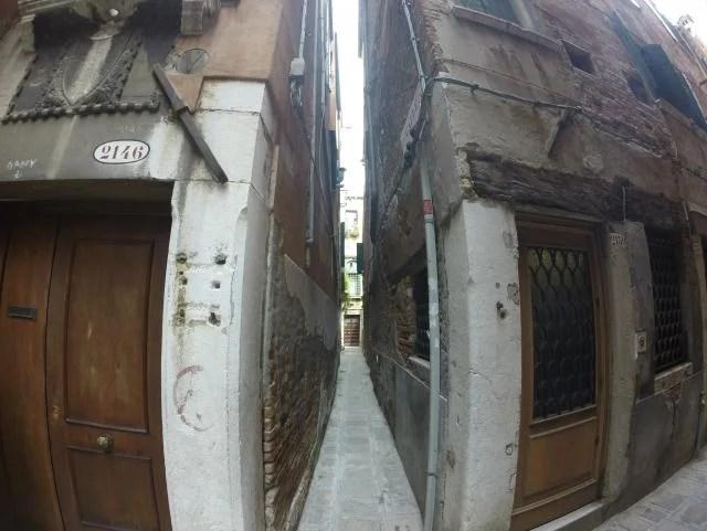 Rua estreita em veneza