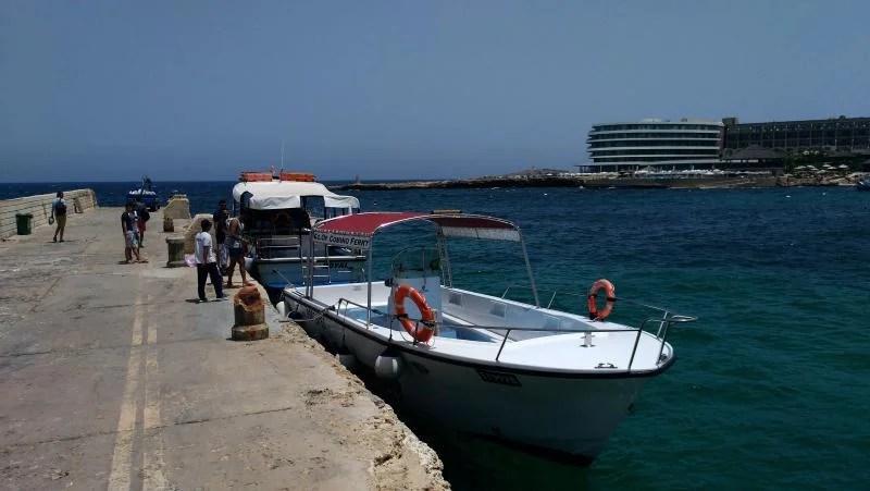 barco junto ao ferry para a Blue Lagoon.
