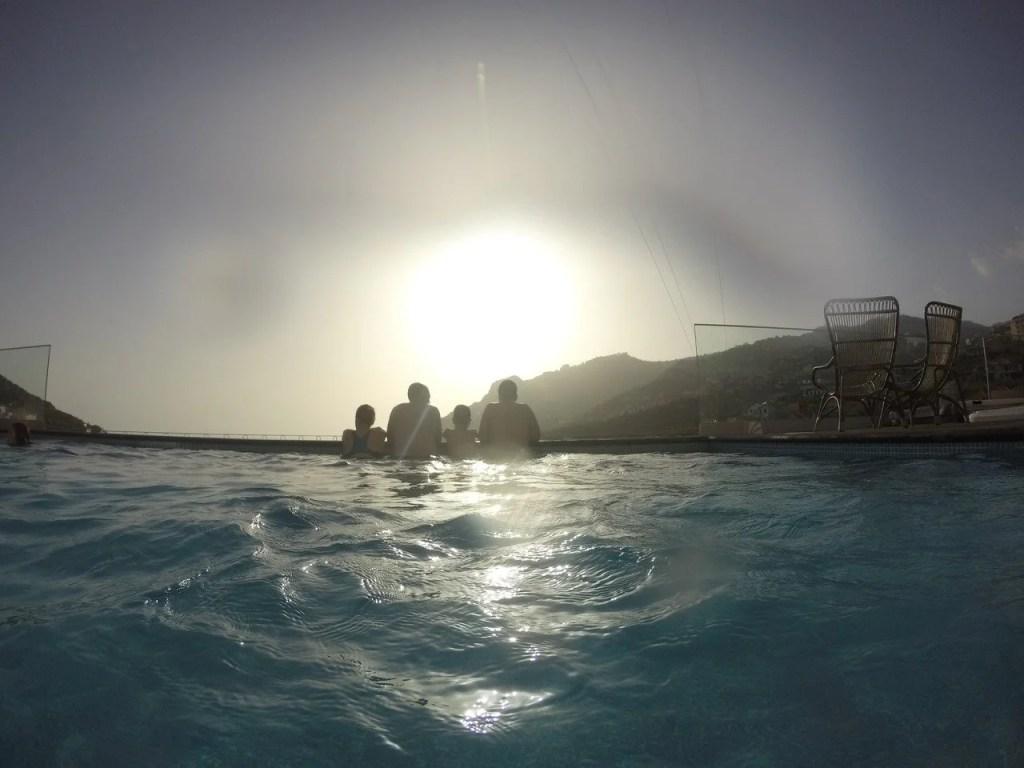 Pôr-do-sol na piscina da Quinta da Saraiva.
