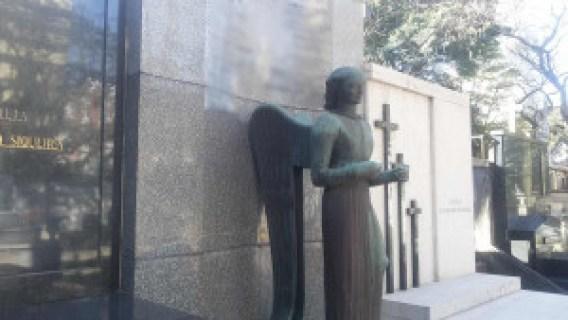 Escultura de Victor Brecheret em uma lápide. Foto: Patrícia Ribeiro/ Passeios Baratos em SP