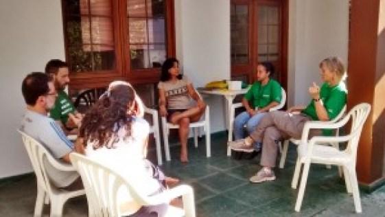Conversa com monitoras antes da trilha. Foto: Patrícia Ribeiro/Passeios Baratos em SP