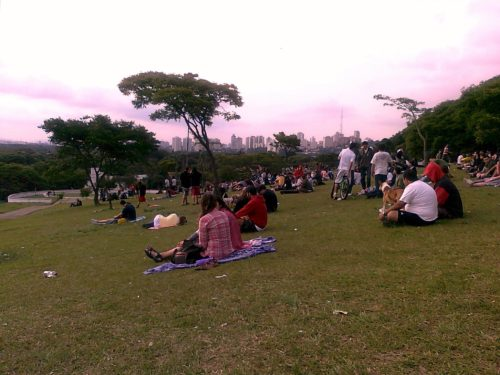 Praça do Por do Sol reúne dezenas de pessoas no final de semana. Foto: Patrícia Ribeiro/ Passeios Baratos em SP