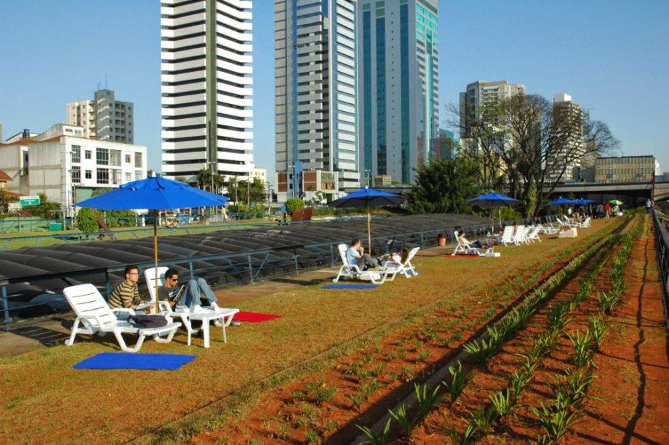 O CCSP tem um jardim suspenso ideal para tomar um sol e reunir os amigos Foto: João Mussolin
