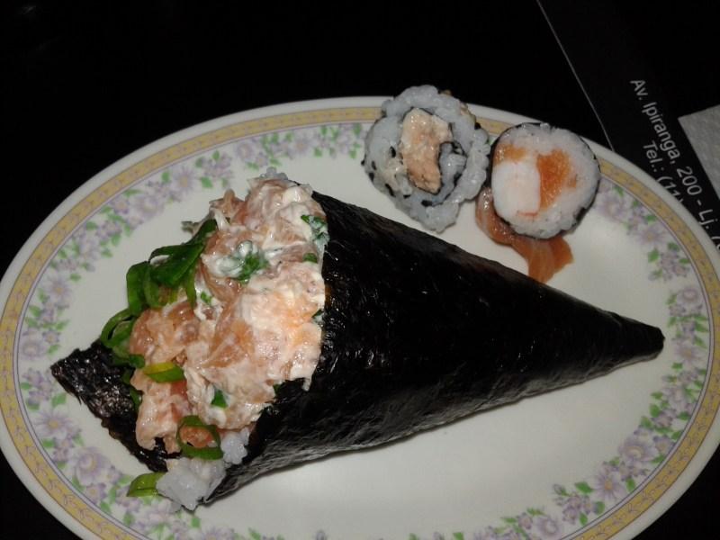 Temaki de salmão com 2 sushis, acompanha shimeji por R$ 19,90 Foto: Patrícia Ribeiro/Passeios Baratos em SP
