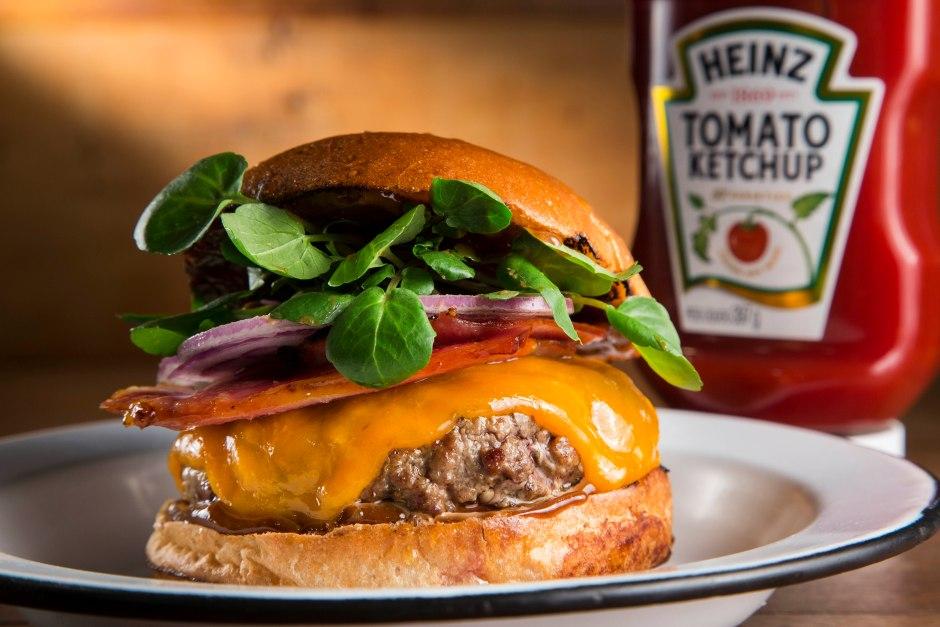 Burger e Bistro_Grilled Bacon_R$24_Burger de fraldinha 150g, Cheddar inglês, bacon grelhado na redução de maple syrup, maionese Heinz com balsâmico e agrião.
