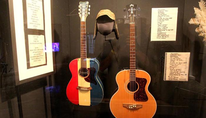 Baixo e violão da banda