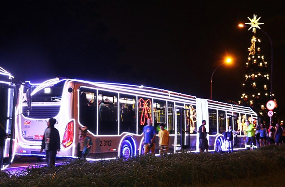 Faça um passeio nos ônibus iluminados e decorados com luzes de Natal