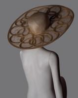 Memar Cloche modello Olympus in fine sinamay a tesa larga, rifinito con cerchi e dettagli in treccia di grano 100% paglia