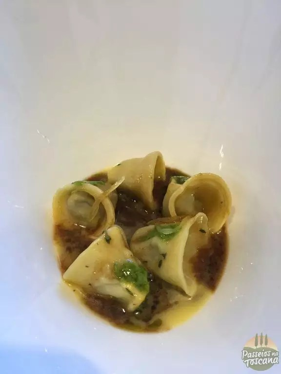 Tortelli di lingua di vitello, il suo fondo ristretto, limone candito e salsa verde all'italiana