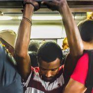 Um homem que entra de costa no trem é um homem triste. by blogdodourado 1fotopordiadotrem, passengers,