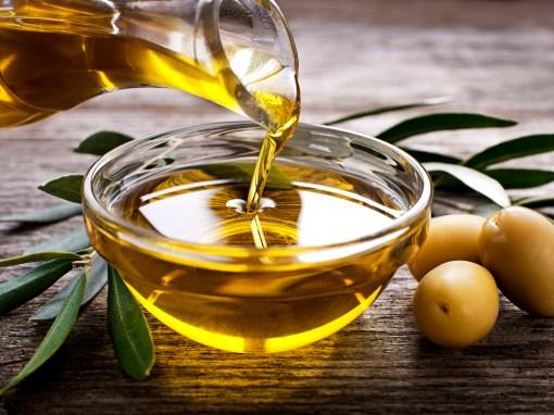 Huile d'olive versée dans un petit récipient.