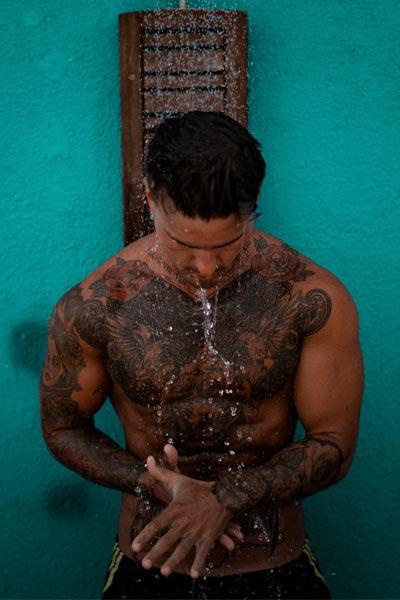 laver ses cheveux à l'eau tiède pour prendre soin de ses cheveux