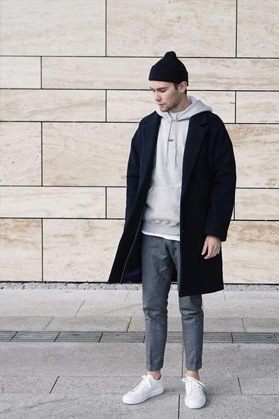 s'habiller en hiver homme look sportswear chic avec un pantalon en laine, un hoodie et un pardessus noir