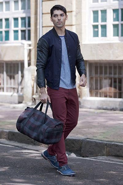 pantalon bordeaux porté avec un t-shirt gris et un teddy noir