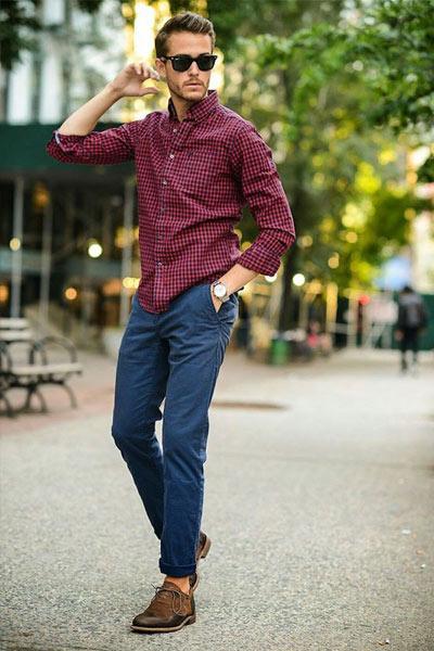 Porter le bordeaux : look homme chemise et chino