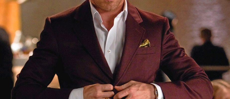 homme portant un costume bordeaux, ryan gosling