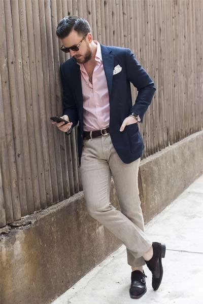 look homme habillé chemise rose, blazer bleu marine et chino beige