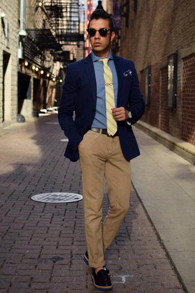 look homme blazer, chemise bleu et pantalon chino