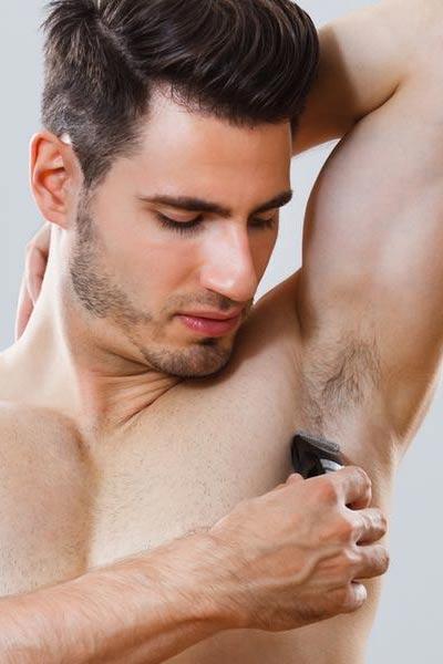 homme utilisant une tondeuse pour se raser les aisselles